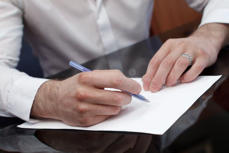 Para escribir el CV, curriculum vitae, abreviado imagen de archivo libre de regalías