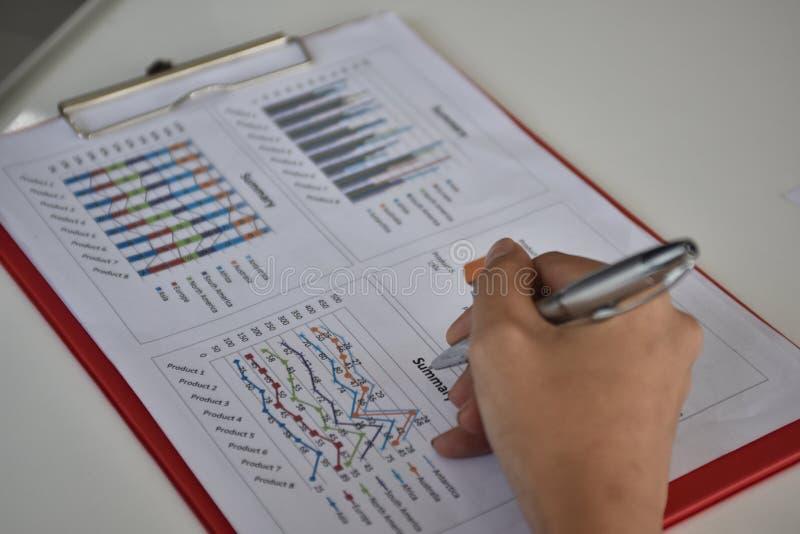 Para firmar, reciba y apruebe Mano del hombre de negocios que señala a la información del gráfico foto de archivo libre de regalías