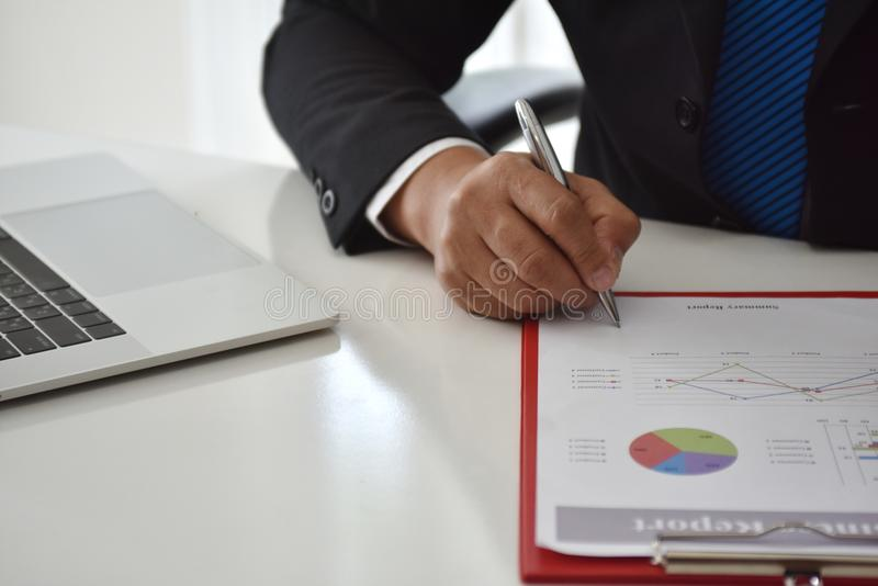 Para firmar, reciba y apruebe Mano del hombre de negocios que señala a la información del gráfico foto de archivo