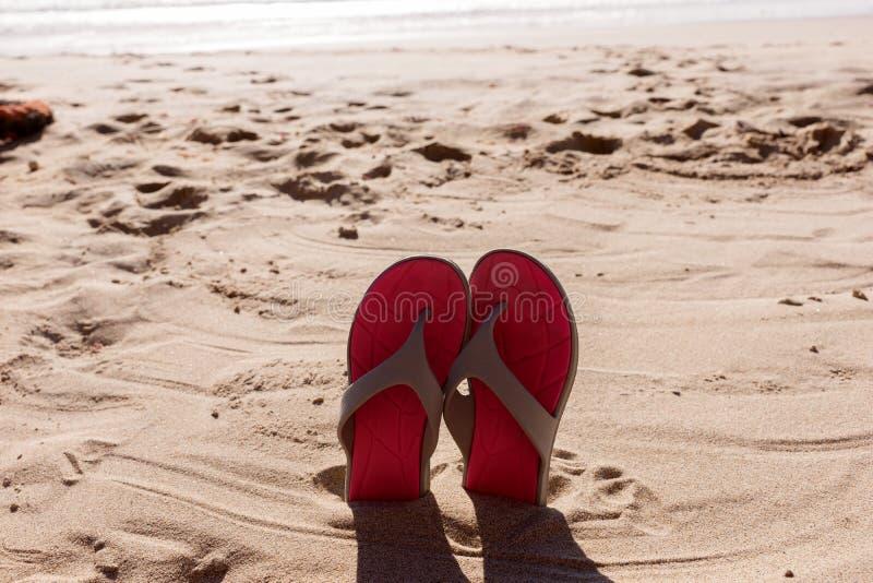 Para flipmisslyckanden i sanden av en strand arkivbild