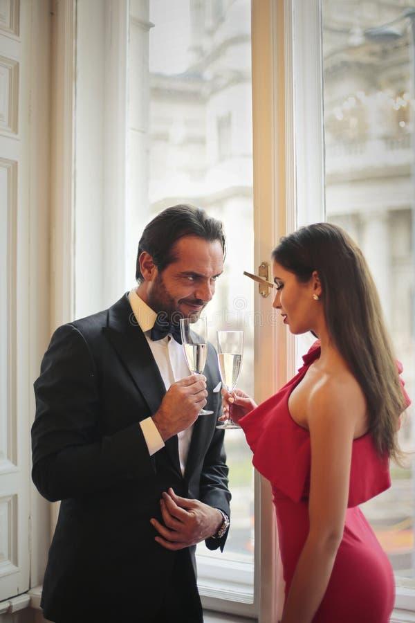Para flirtuje w przyjęciu obrazy stock