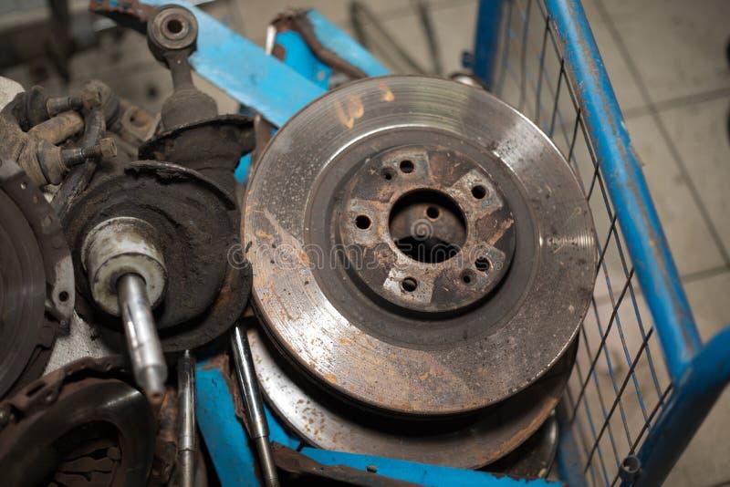 Para fora discos oxidados gastos do freio e outras peças - imagem imagens de stock royalty free
