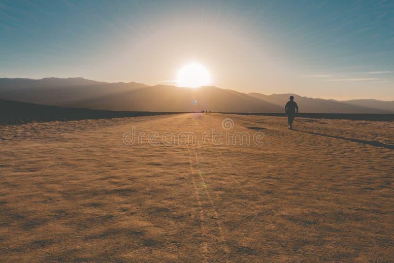 Para fora do por do sol da bacia de Badwater fotos de stock royalty free