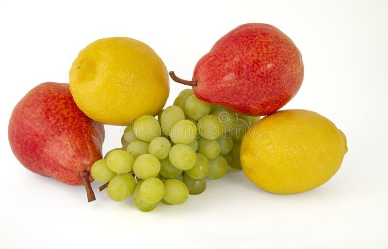 Para fragrant żółte cytryny z gałąź dojrzali zieleni winogrona i jaskrawe szkarłatne wyśmienicie bonkrety na białym tle obrazy royalty free