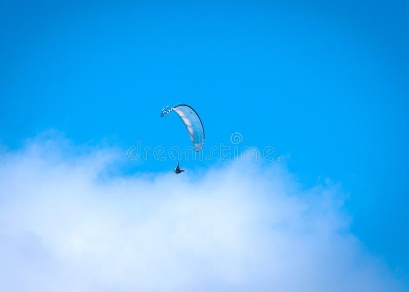 Para-glider che vola attraverso il cielo fotografia stock