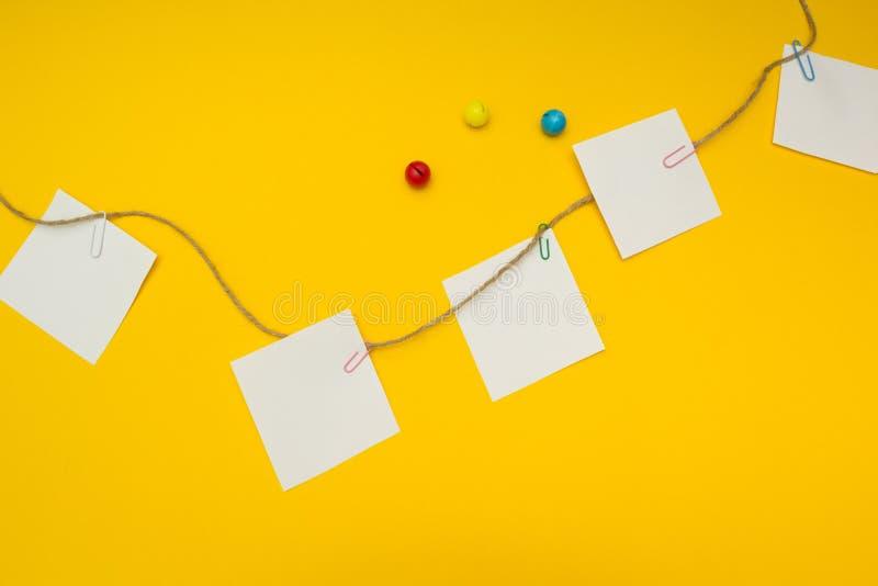 Para hacer la lista para el niño, en un fondo amarillo, concepto imagen de archivo libre de regalías