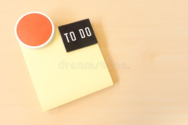Para hacer la lista en nota de papel pegajosa amarilla imágenes de archivo libres de regalías