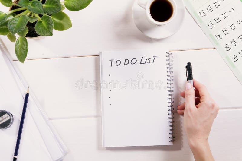 Para hacer la lista escrita en un cuaderno fotografía de archivo libre de regalías