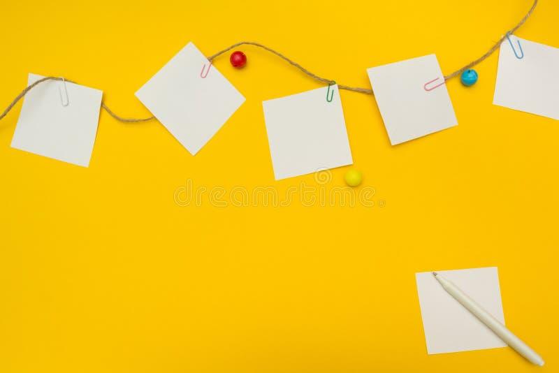Para hacer la lista para una guardería en un fondo amarillo, lugar para el texto imagen de archivo