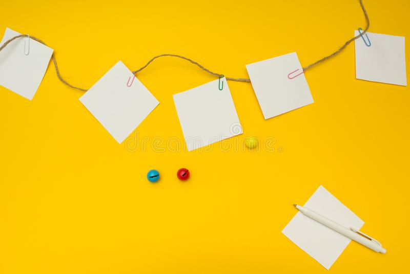 Para hacer la lista para una guardería en un fondo amarillo, lugar para el texto, un concepto imagen de archivo libre de regalías