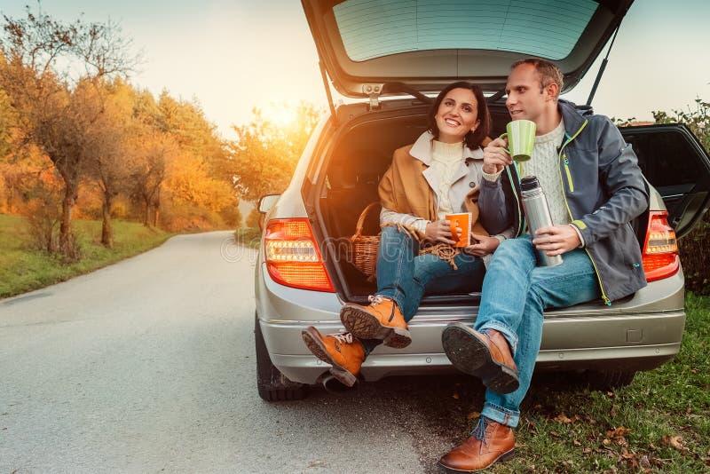 Para herbacianą przerwę na ich auto podróży fotografia stock