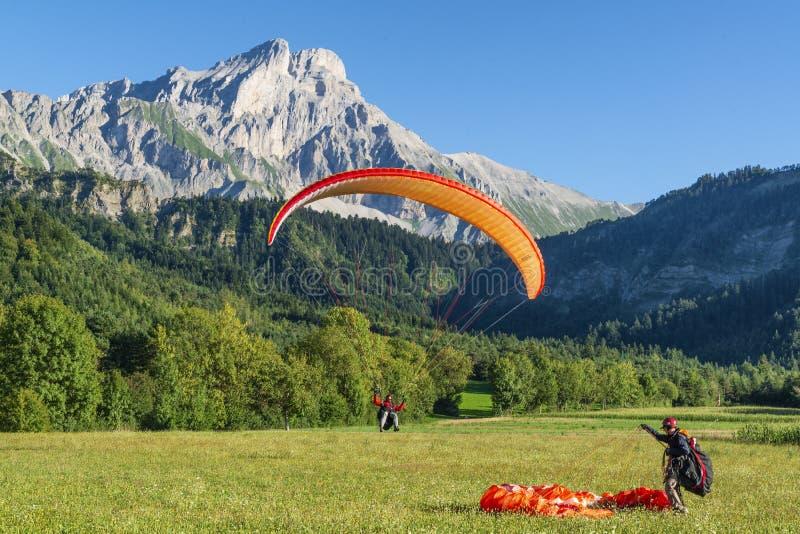 2018-08-26 para hombre, Francia El ala flexible pilota la tierra en un meado de la hierba fotografía de archivo libre de regalías