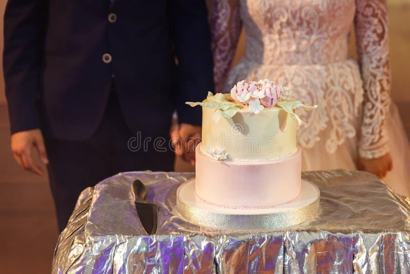 Para i delikatny wielopoziomowy tort poślubia, zdjęcie royalty free