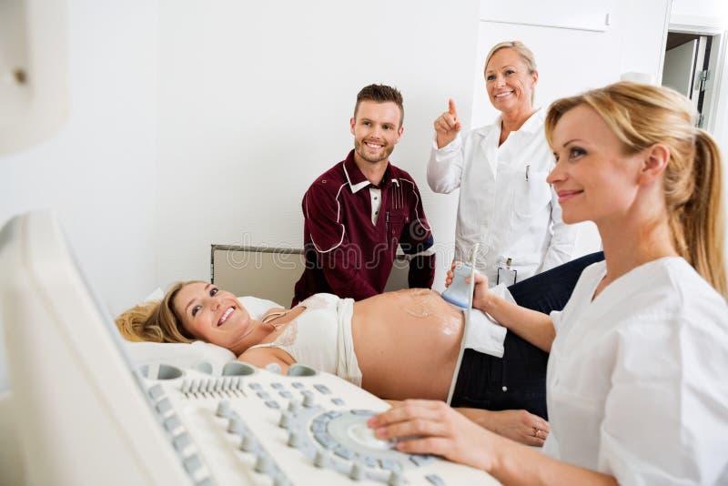 Para I lekarki Patrzeje ultradźwięk zdjęcie royalty free