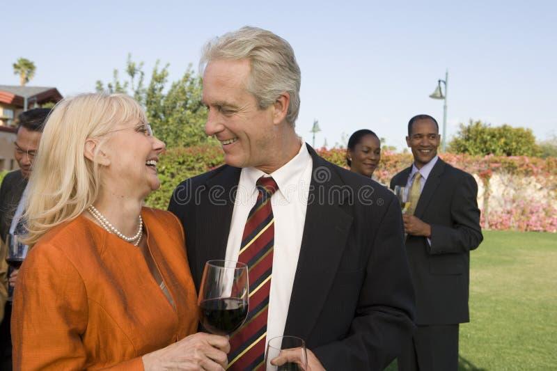 Para I przyjaciele Świętuje Z winem zdjęcie royalty free