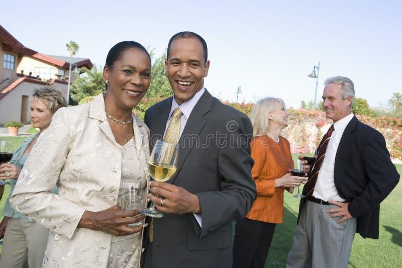 Para I przyjaciele Świętuje Z winem zdjęcia royalty free