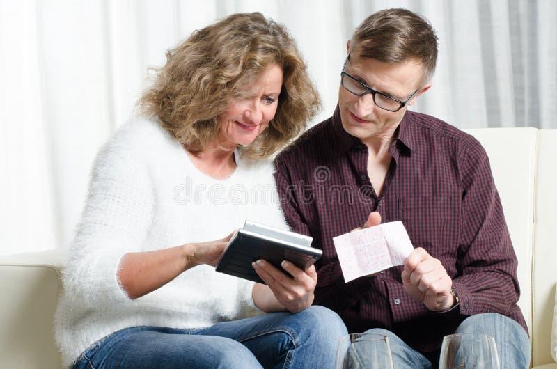 Para jest kalkulatorskim loteryjnym wygraną zdjęcie royalty free