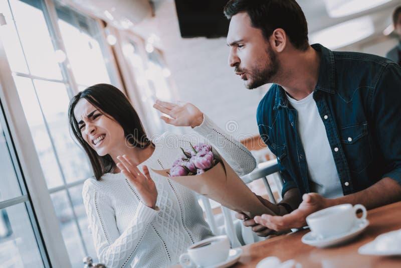 Para jest konflikt w kawiarni obraz stock