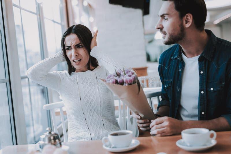 Para jest konflikt w kawiarni zdjęcia stock