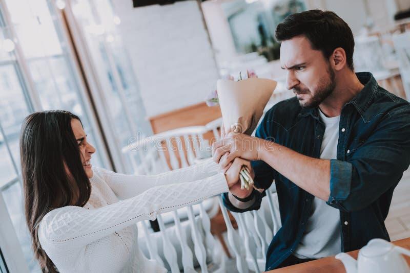 Para jest konflikt w kawiarni fotografia royalty free