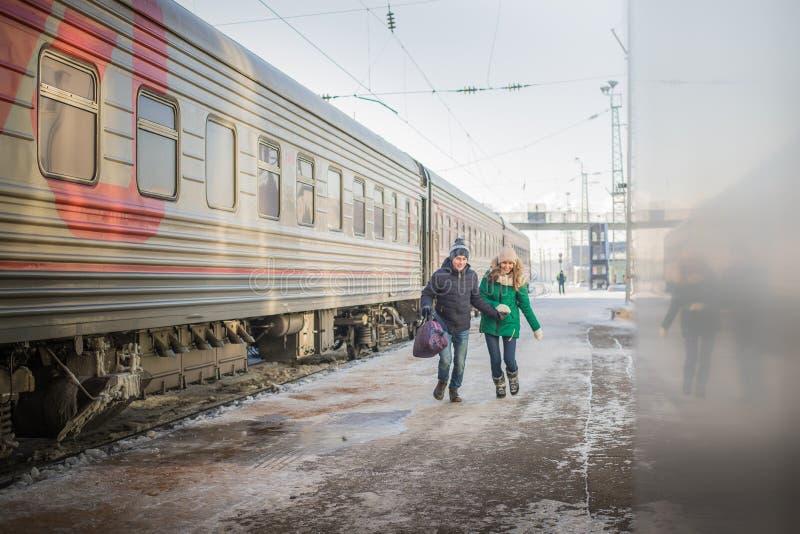 Para jest opóźniona dla pociągu przy stacją kolejową obraz royalty free