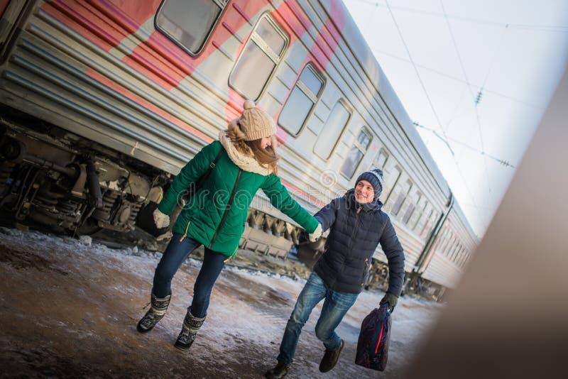 Para jest opóźniona dla pociągu przy stacją kolejową obraz stock