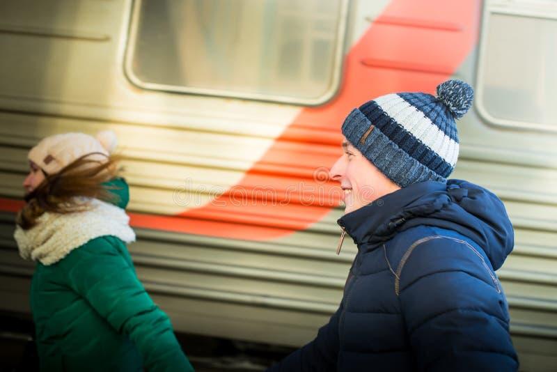 Para jest opóźniona dla pociągu przy stacją kolejową zdjęcia royalty free