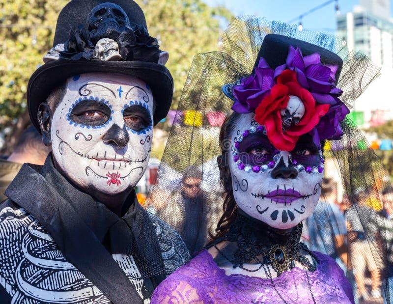 PARA jest ubranym farbę dekorujących z kapelusze i kwiatami i czaszkami dla Dia De Los Muertos/San Antonio TEKSAS, PAŹDZIERNIK -  obraz royalty free