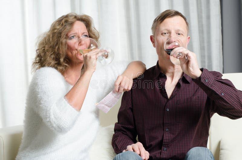 Para jest wina degustacją na leżance zdjęcie royalty free