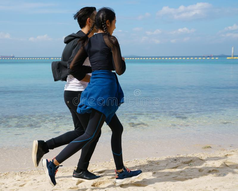 Para jogging wzdłuż plaży obraz stock