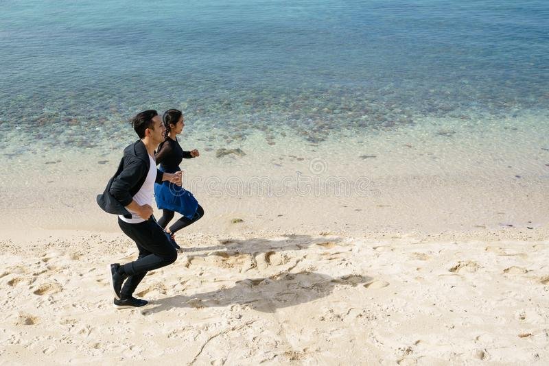 Para jogging wzdłuż plaży obrazy stock
