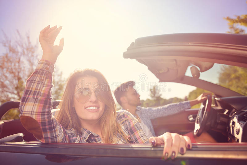 Para kochankowie jedzie na odwracalnym samochodzie - nowożeńcy para na romantycznej dacie zdjęcie stock