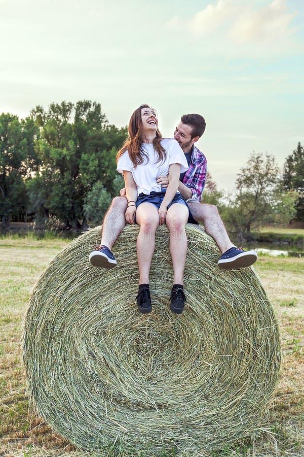 Para kochankowie ma zabawę na lato zmierzchu outdoors zdjęcia royalty free