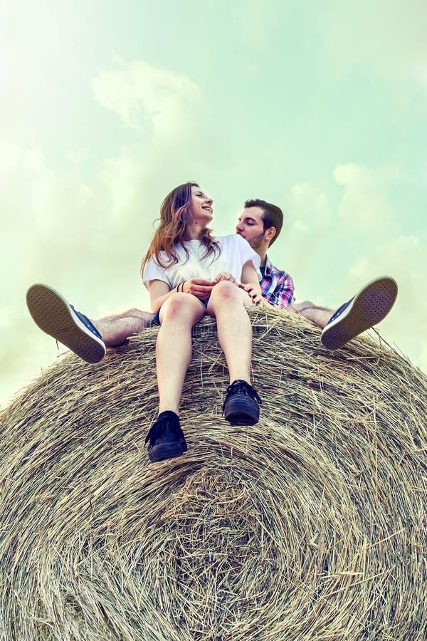 Para kochankowie ma zabawę na lato zmierzchu outdoors zdjęcia stock