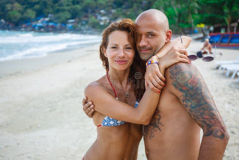 Para kochankowie na plaży fotografia royalty free