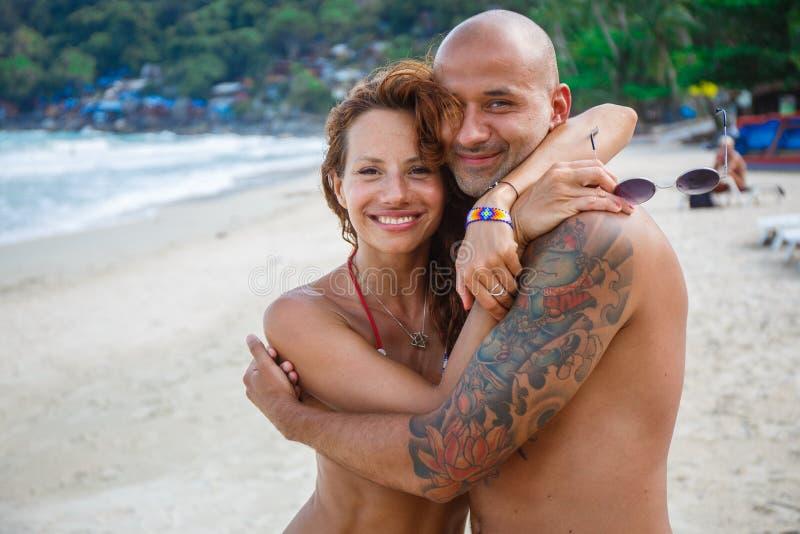 Para kochankowie na plaży fotografia stock