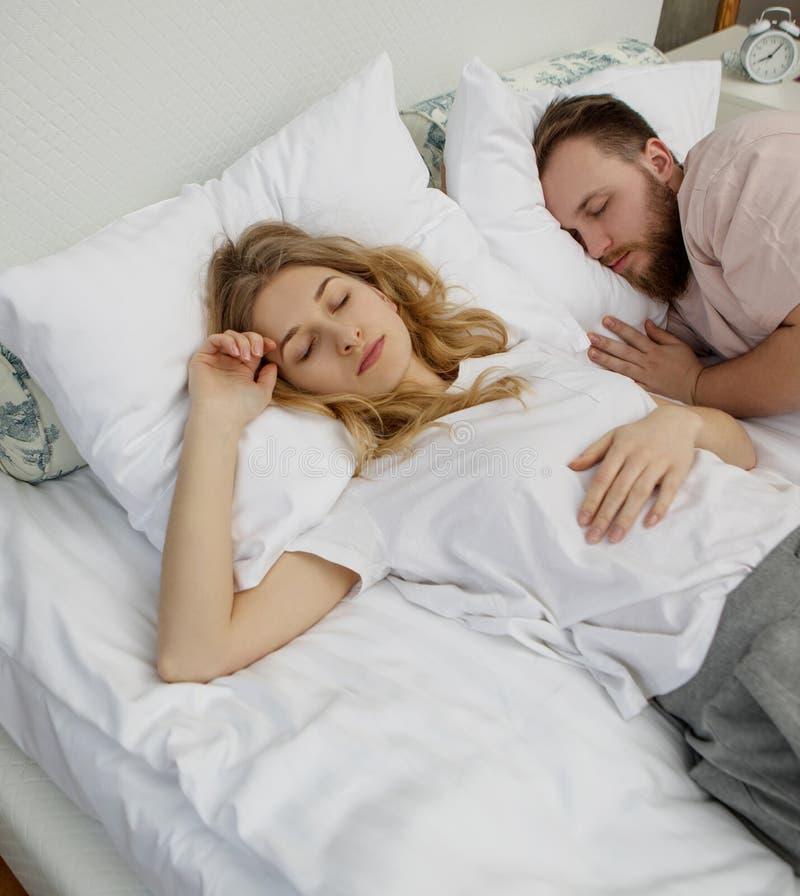 Para kochankowie w łóżku obrazy royalty free