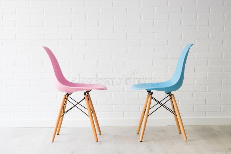Para krzesła w menchiach i błękicie obrazy stock