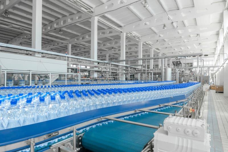 Para la producción de plástico embotella la fábrica fotos de archivo libres de regalías