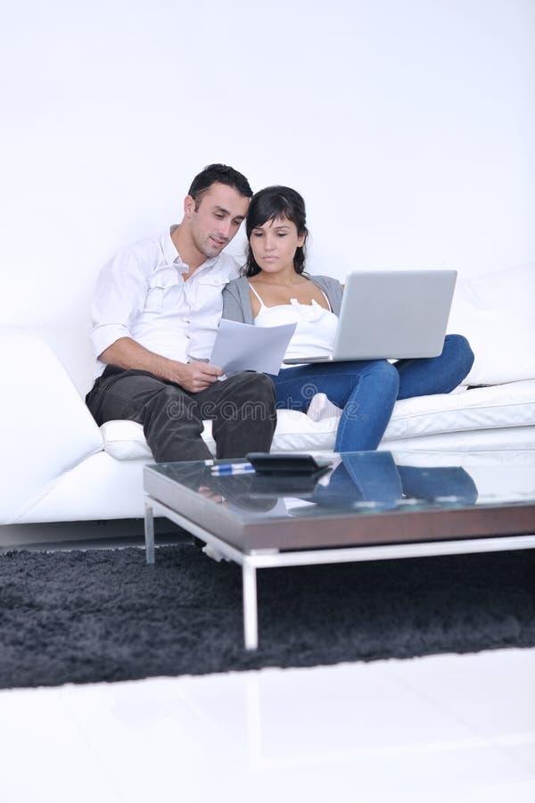 para laptop domowy radosny relaksuje pracę zdjęcia royalty free