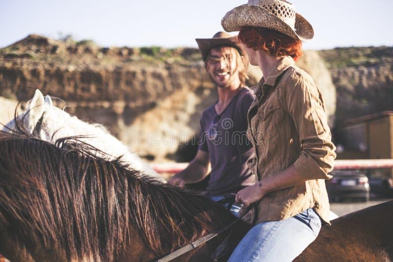 Para ludzie i para konie czas wolny aktywność wpólnie w wsi nowożytny styl życia z biura i zdjęcia stock