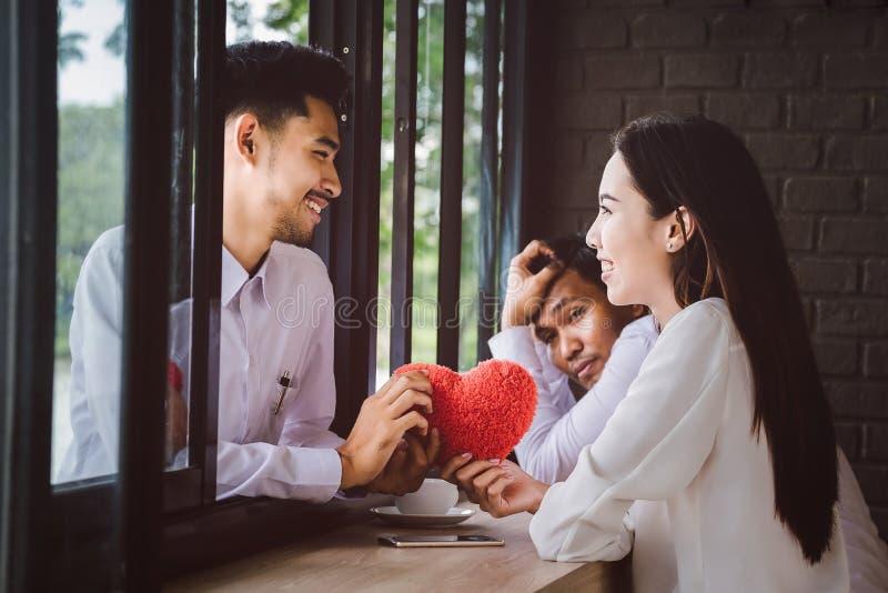 Para mężczyzna i kobiety daje czerwonym sercom wraz z inny fotografia stock