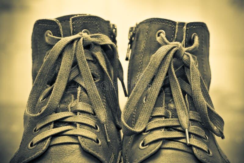 Para mężczyzna mody buty. Wiązać zbliżenie fotografia stock
