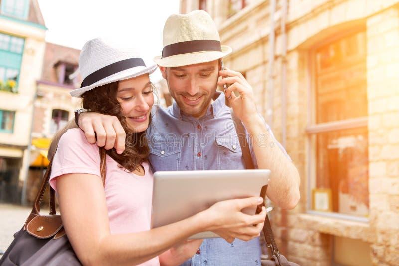 Para młodzi atrakcyjni turyści odkrywa miasto na wakacjach obrazy stock