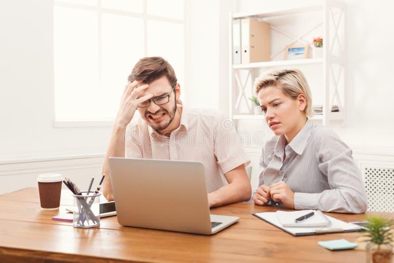 Para młodzi partnery biznesowi pracuje przy nowożytnym biurem zdjęcia stock
