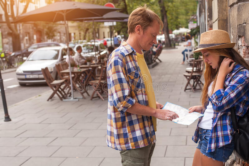 Para młodzi turyści z mapą w starym Europejskim mieście _ obrazy stock