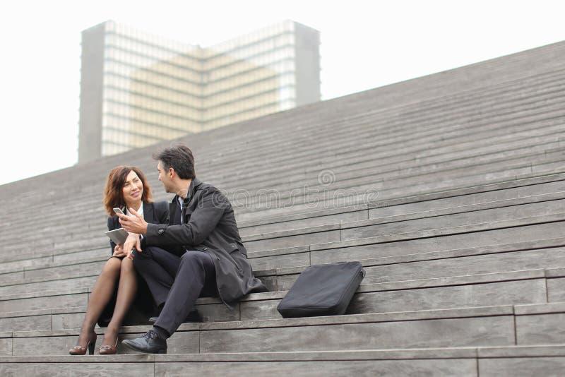 para małżeńska biznesowi nauczyciele używa pastylkę i smartphon obrazy royalty free