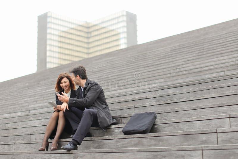 para małżeńska biznesowi nauczyciele używa pastylkę i smartphon zdjęcia royalty free