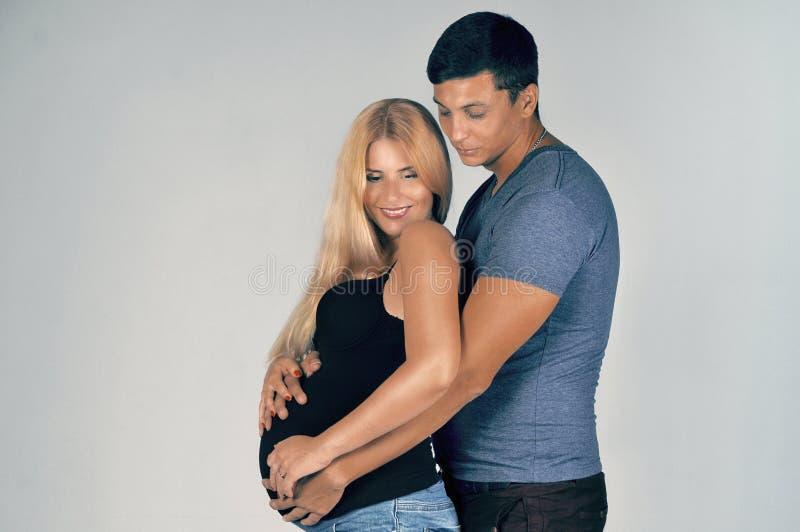 Para małżeńska czeka dziecka fotografia stock
