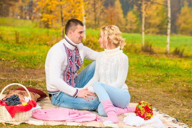 Para małżeńska patrzeje w each - inny ono przygląda się zdjęcia stock